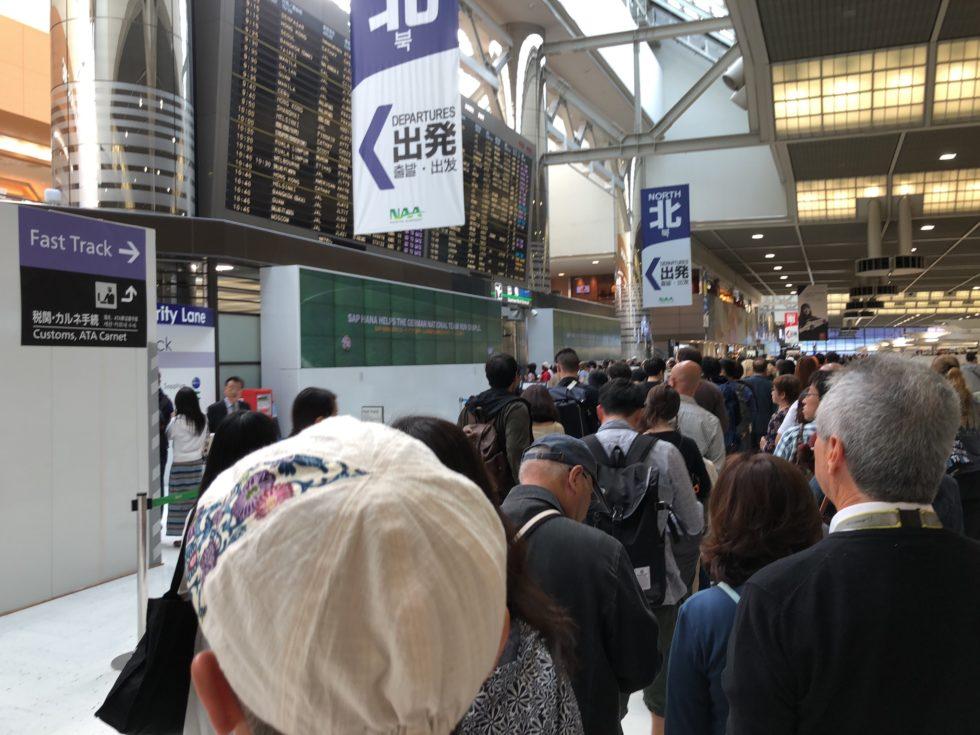 人混み 空港 搭乗前