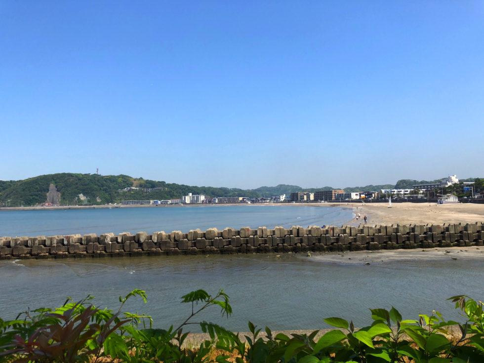 逗子海岸 堤防 山