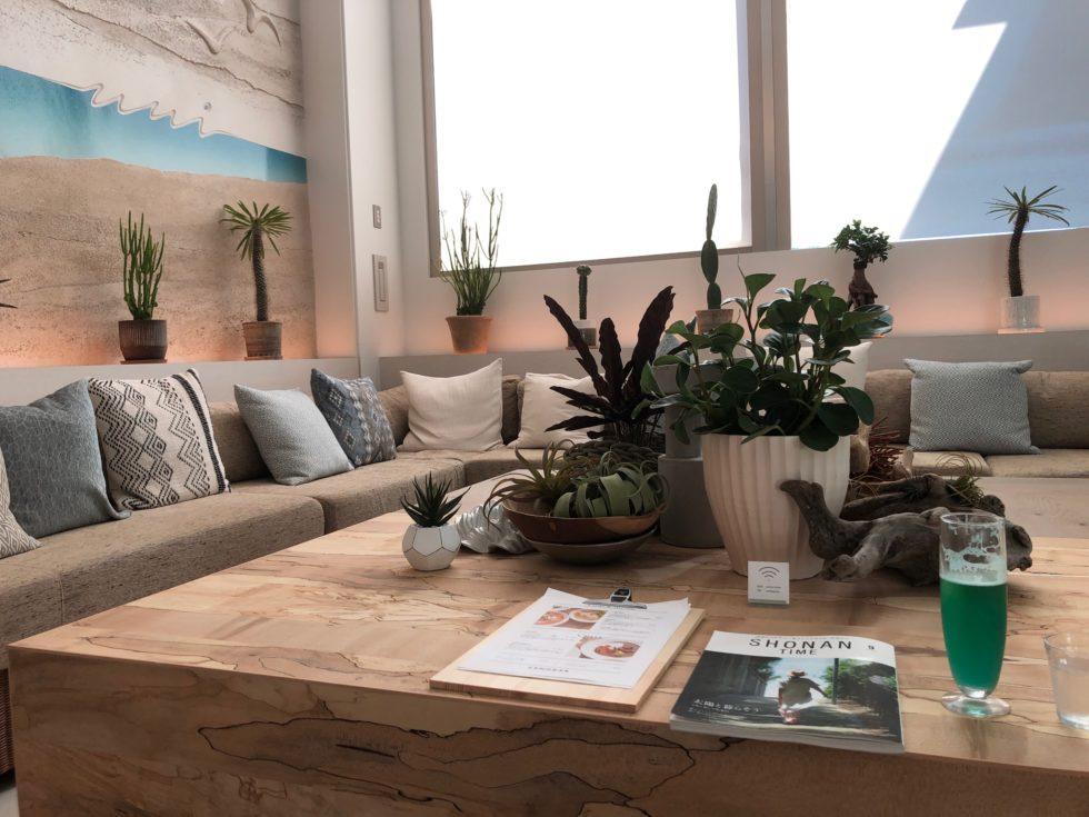 ロビー、木のテーブル、自然