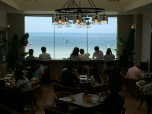 シャンデリア レストラン 海辺