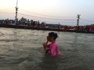 人混み 電線 ガンジス川